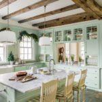Уютная угловая кухня в зеленом цвете
