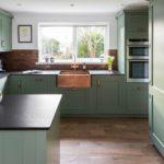Уютная зеленая кухня для дачного домика