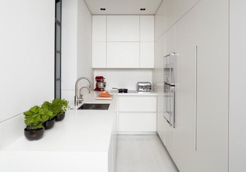 Интерьер небольшой кухни с мойкой у окна
