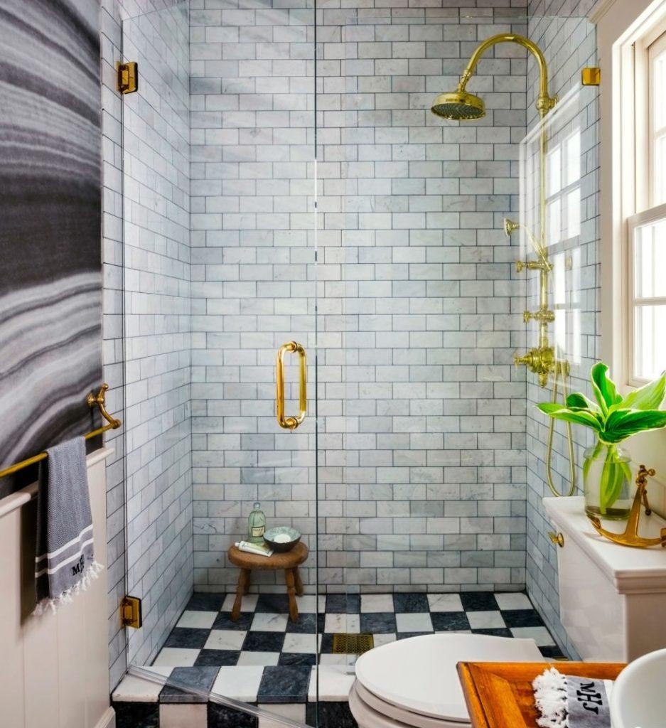 Винтажный смеситель в ванной стиля модерн