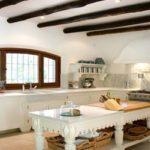 Вариант отделки потолка в кантри кухне