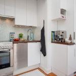 Вентиляционный канал в углу комнаты выглядит как шкаф из кухонного гарнитура