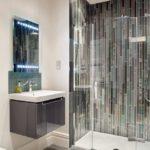 Вертикальная укладка плитка в душевой части ванной