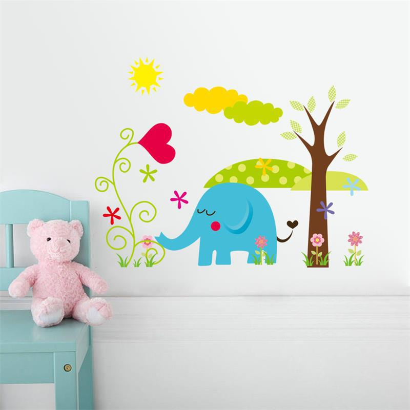 Стена с виниловыми наклейками детской тематики