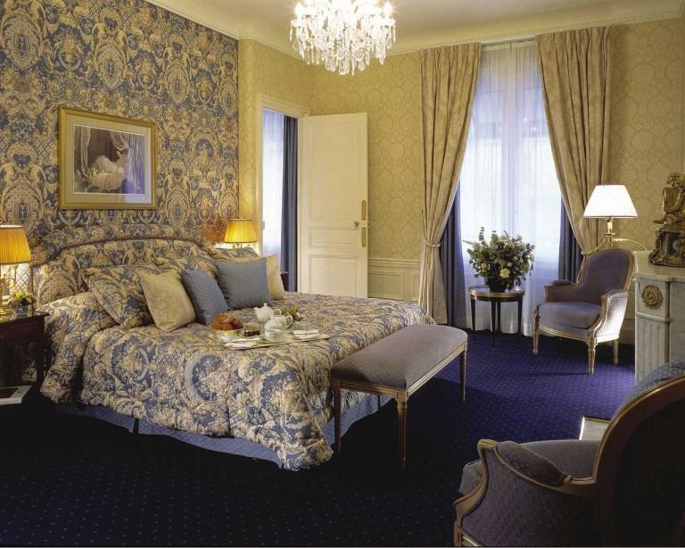 Два типа обоев в классической спальне