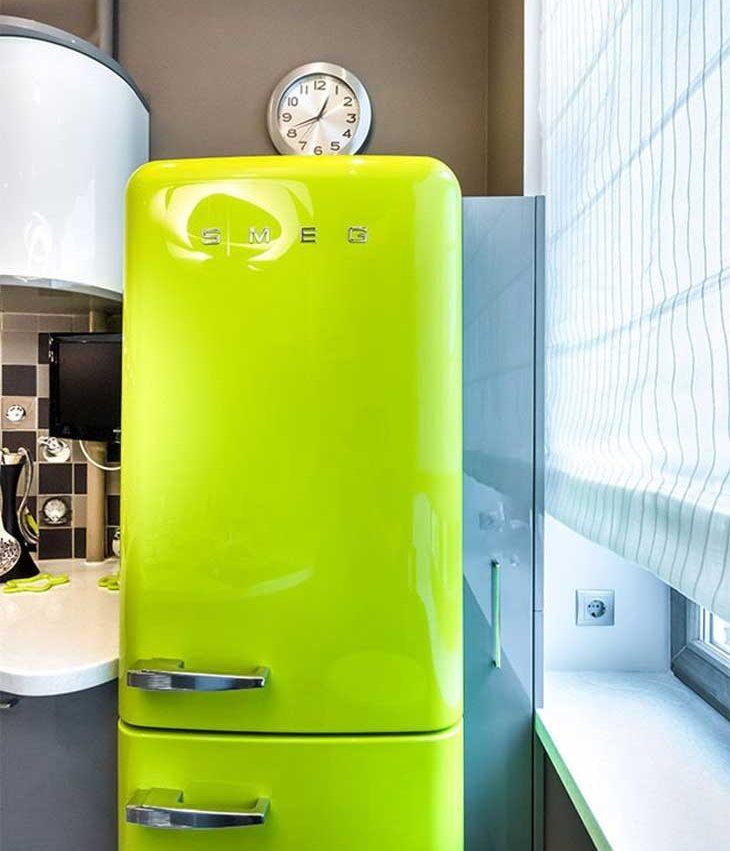 Часы над салатовым холодильником в ретро стиле