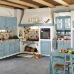 Встроенная кухня с деревянными фасадами синего цвета