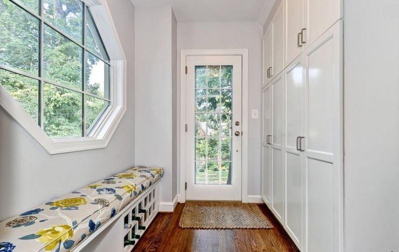 Встроенные шкафы с глухими дверками в коридоре частного дома