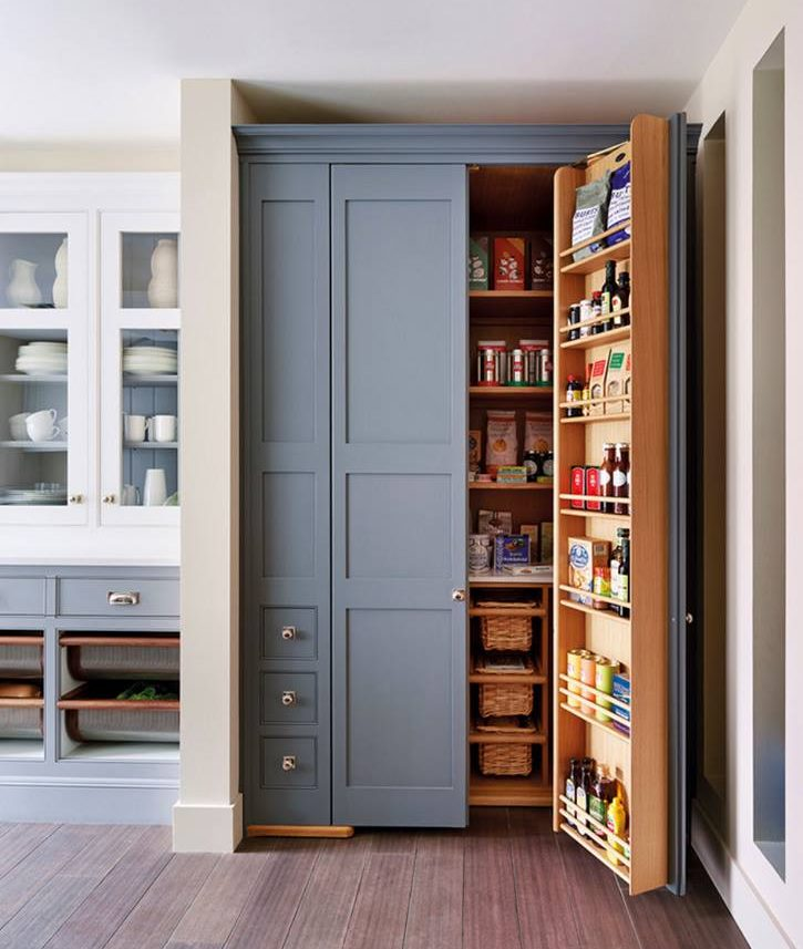 Высокий шкаф с продуктами и кухонными принадлежностями
