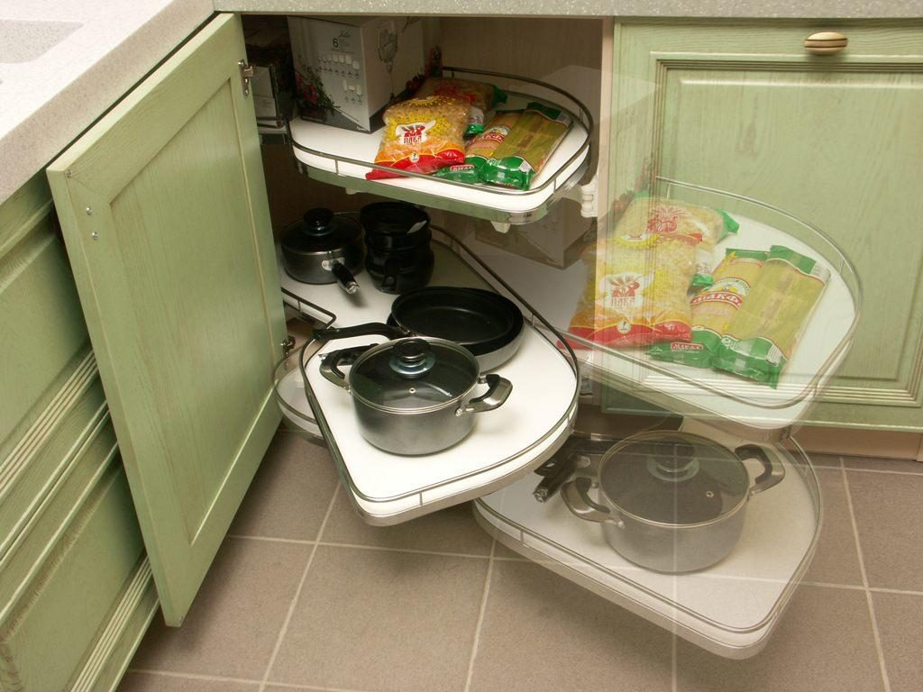 Кухонный гарнитур с угловыми полками полного выдвижения