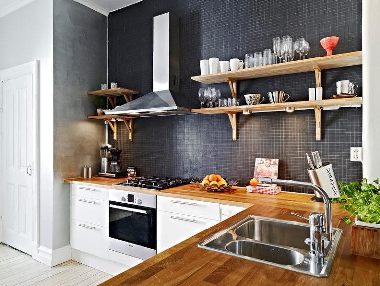 Кухонная вытяжка на черной стене с полками