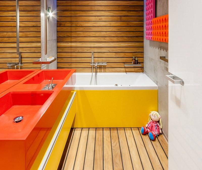 Сочетание красного и желтого цветов в ванной комнате