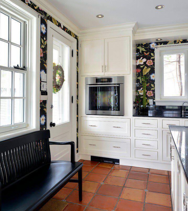 Белый кухонный гарнитур на фоне пестрых обоев