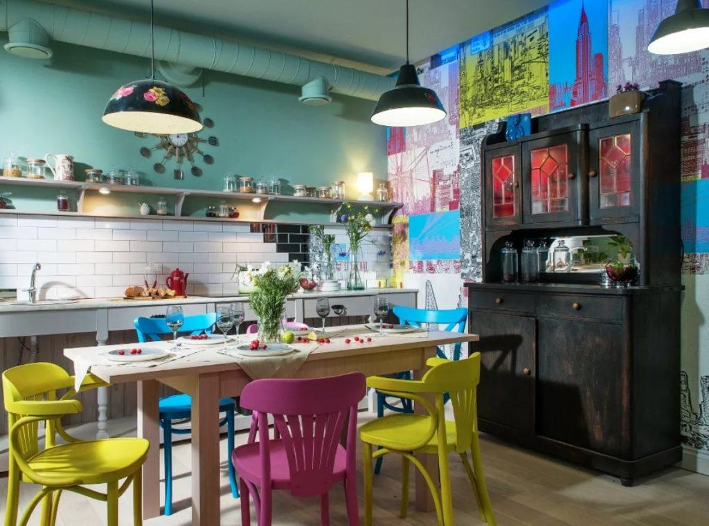 Яркий интерьер кухни в частном доме
