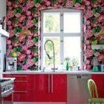 Яркий и броский цветочный принт стал вариантом оформления акцентной стены