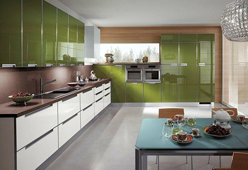Зеленая кухонная мебель с блестящими поверхностями