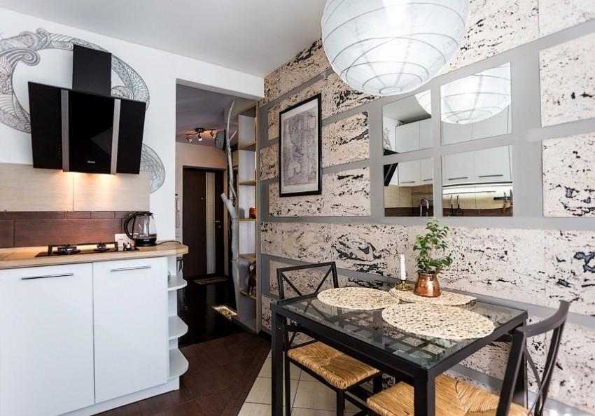 Декорирование стены в небольшой кухне с помощью зеркал