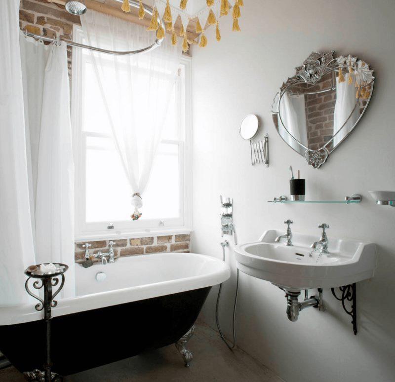 Светлая ванная комната с окном и зеркалом