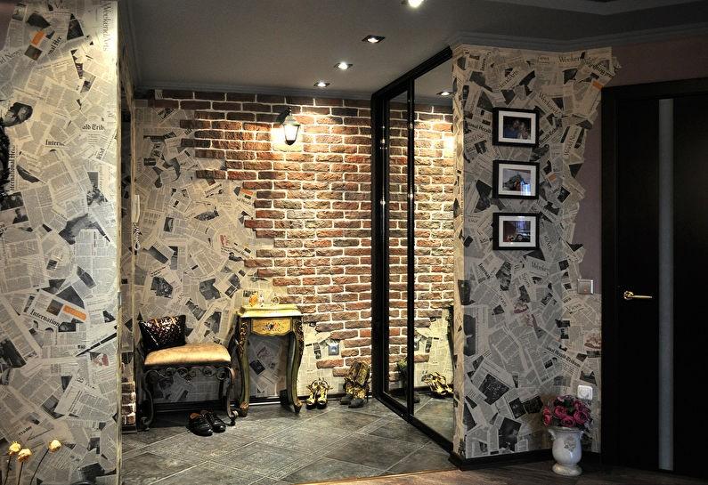 Интерьер коридора в индустриальном стиле с зеркальным шкафом