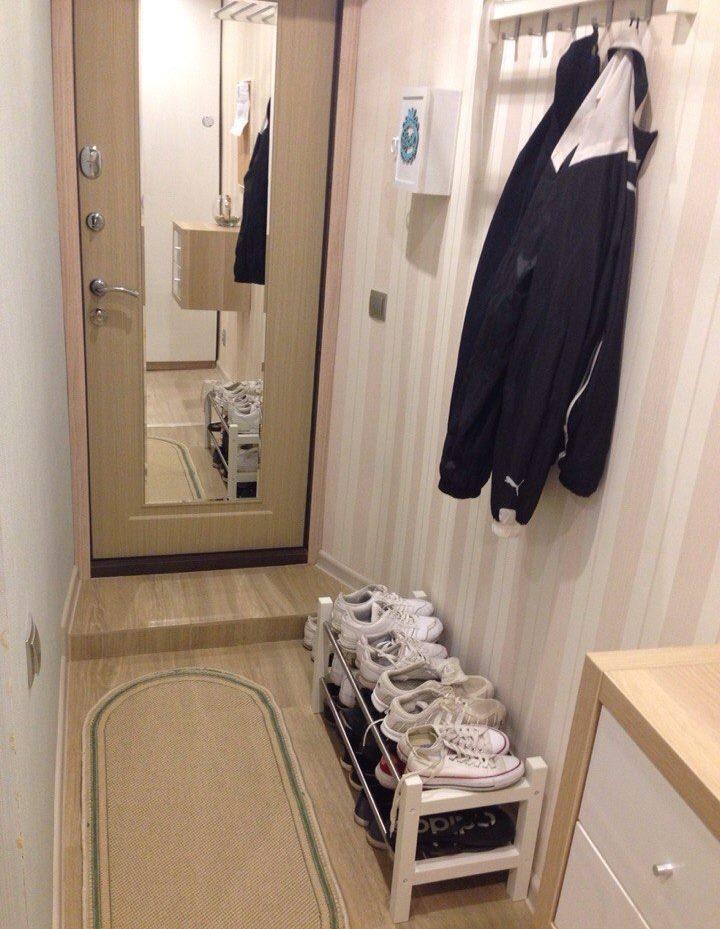 Дверь с зеркалом в прихожей хрущевки