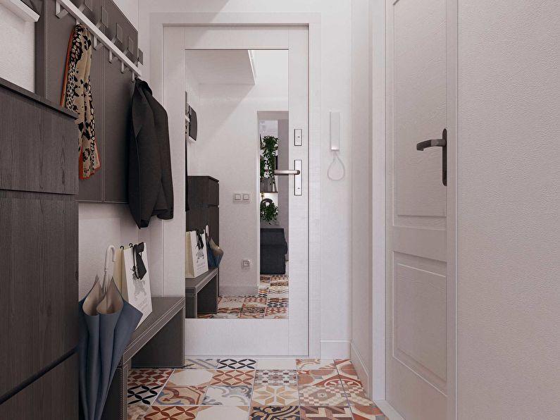 Зеркало на двери в маленьком коридоре