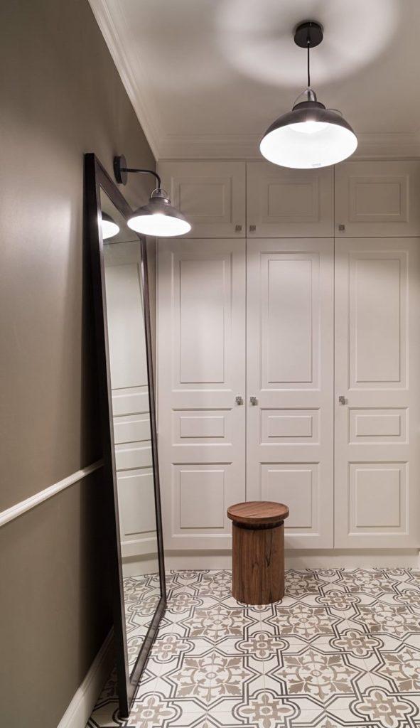 Напольное зеркало в небольшом коридоре