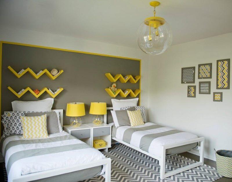 Желтые деревянные полки над изголовьем детских кроватей