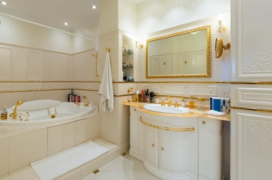 Золотой цвет в дизайне ванной комнаты