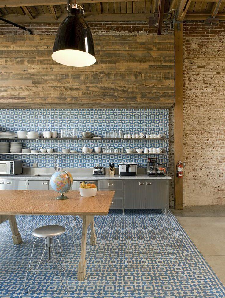 Выделение кухонной зоны плиткой с орнаментом