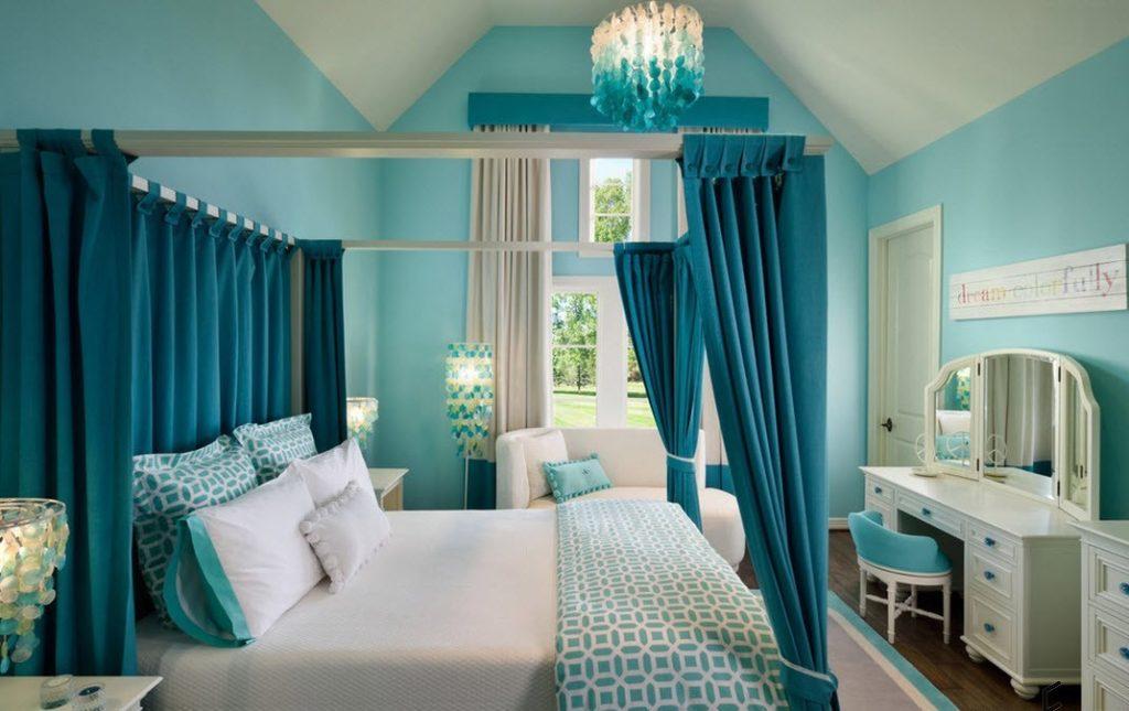 Кровать с балдахином в мансарде частного дома