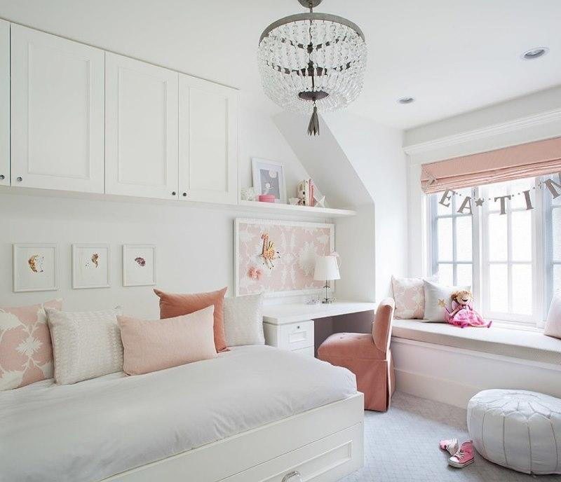 Розовое кресло в спальне девочки