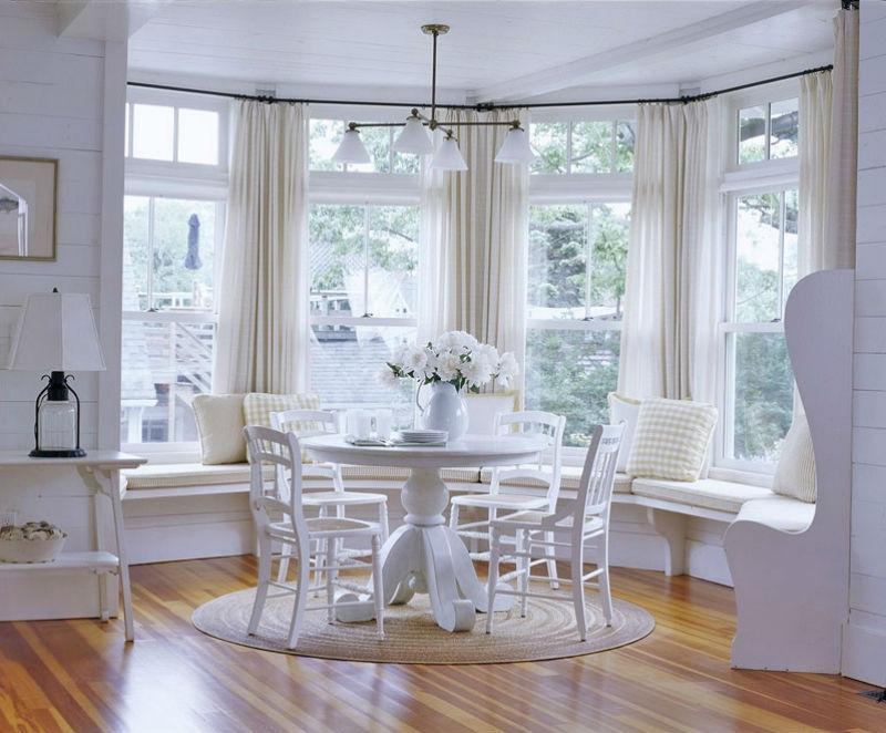 Белая мебель в кухонном эркере загородного дома