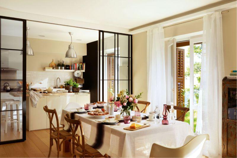 Белая скатерть на кухонном столе