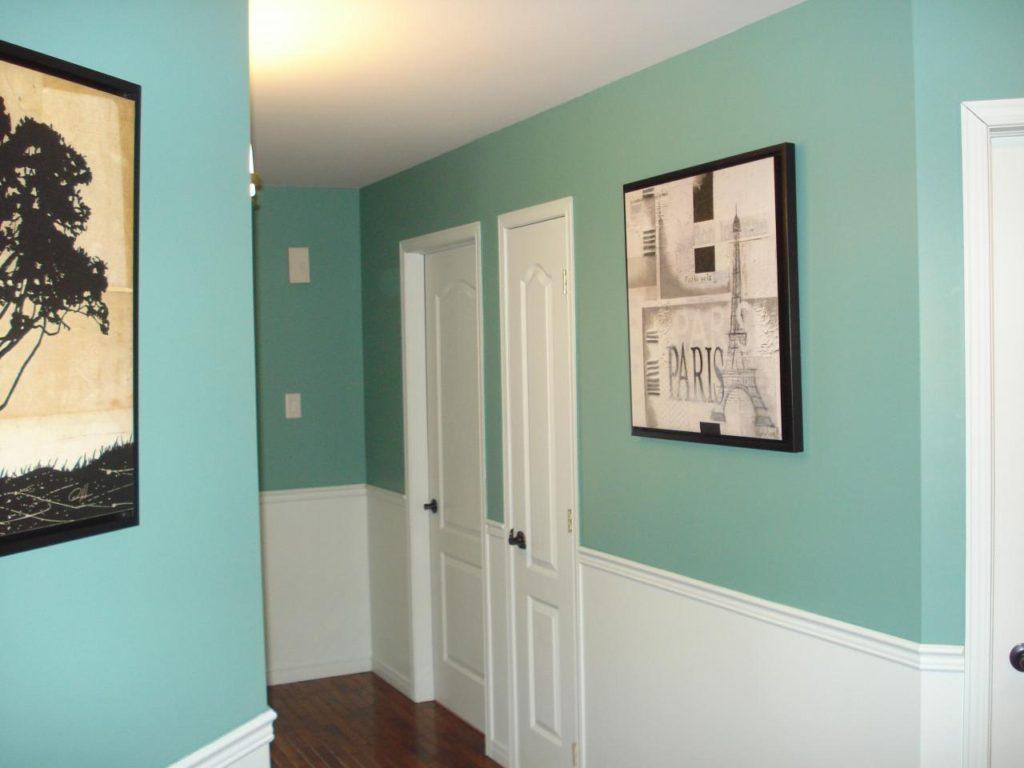 Бирюзовые стены в коридоре квартиры