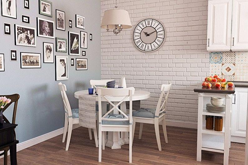 Часы на кирпичной стене кухни