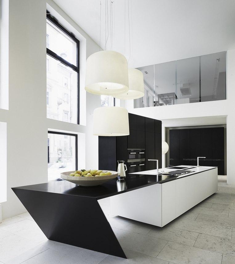 Контрастная мебель в кухне хай тек с высоким потолком