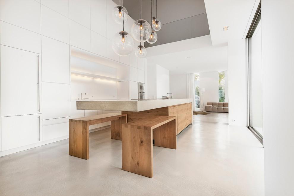 Круглые стеклянные плафоны на потолке кухни хай тек