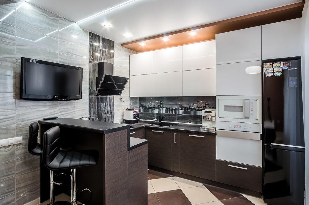 Деревянная панель со светильниками на потолке кухни