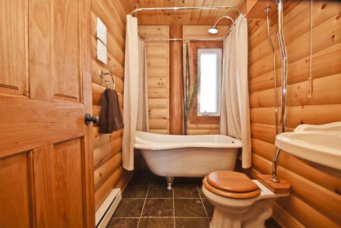 Интерьер узкой ванной комнаты в доме из дерева