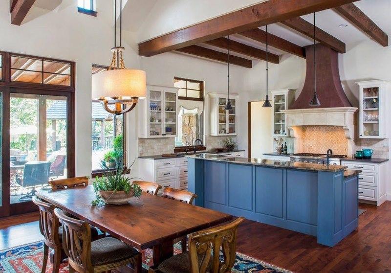 Деревянный обеденный стол в кухне столовой