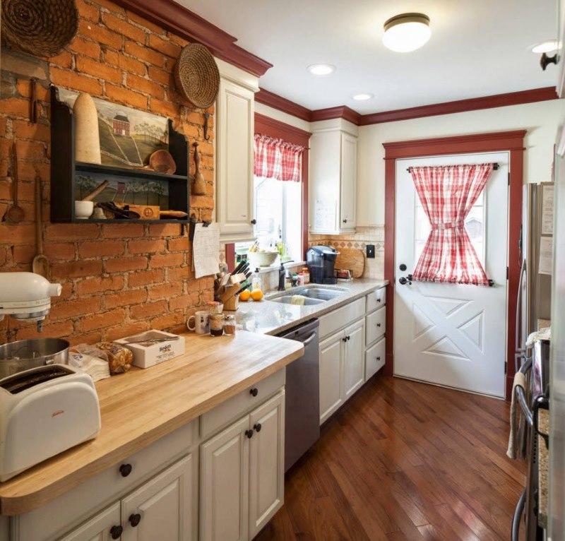 Кухня в дачном доме с кирпичной отделкой