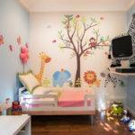 Маленькая кроватка в детской комнате
