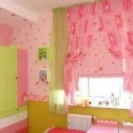 Розовые занавески на окне комнаты для девочки