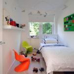 Белая кровать в маленькой комнате