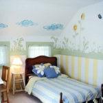 Детская кровать в мансардной комнате