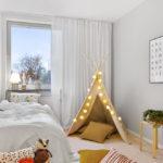 Белые шторы на окне детской спальни