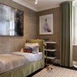 Текстильные обои на стене детской спальни