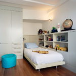 Открытые полки в интерьере детской спальни