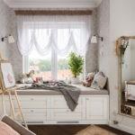 Кровать вдоль окна в детской