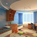 Голубые занавески на окне жилой комнаты